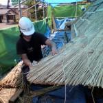 隅のかや付けが屋根の良し悪しを決める。20代の一番若い職人が携わる。