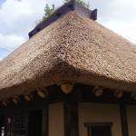 かやぶき屋根アップ